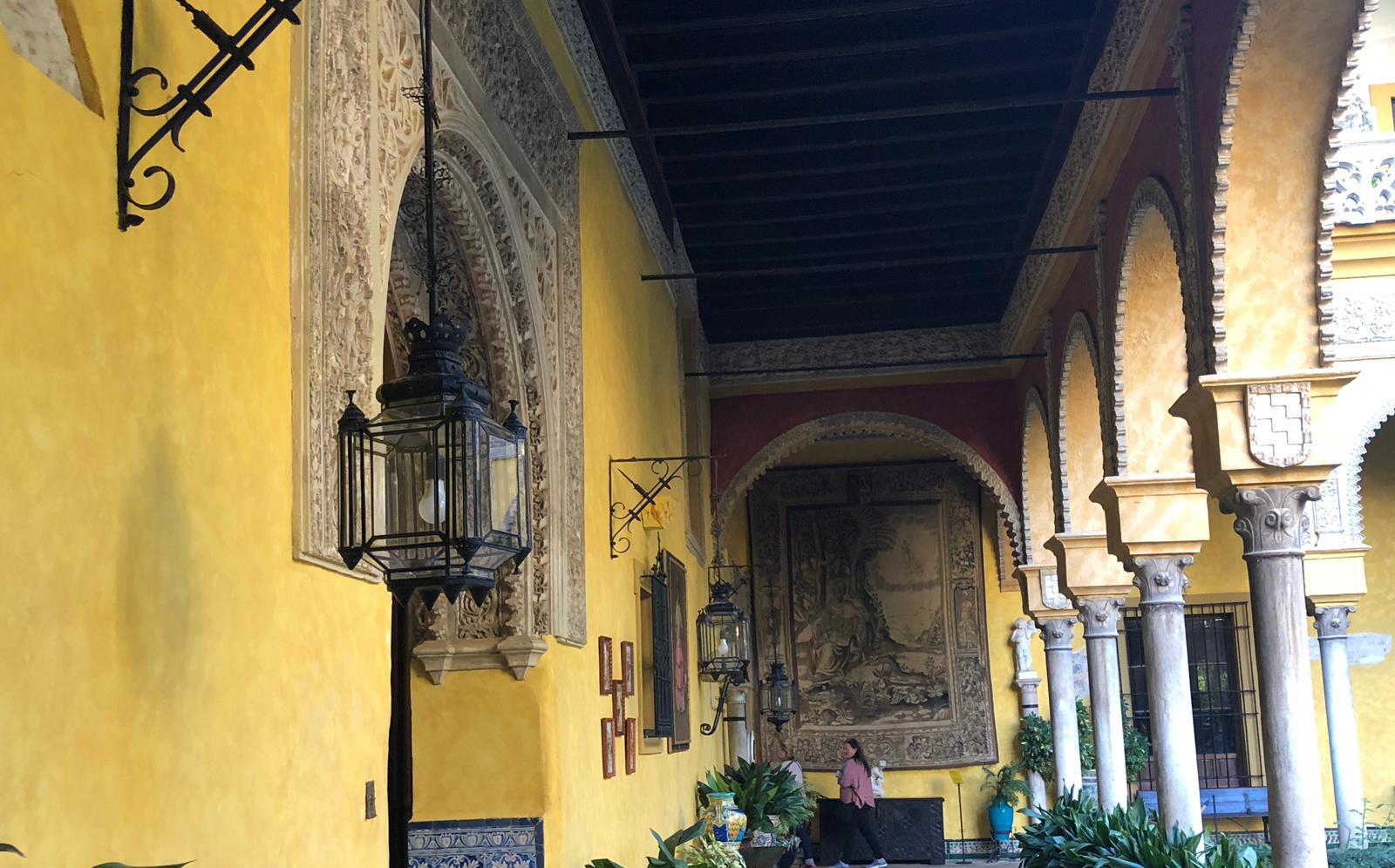 Visitar el Palacio de las Dueñas y sus faroles Salcedo